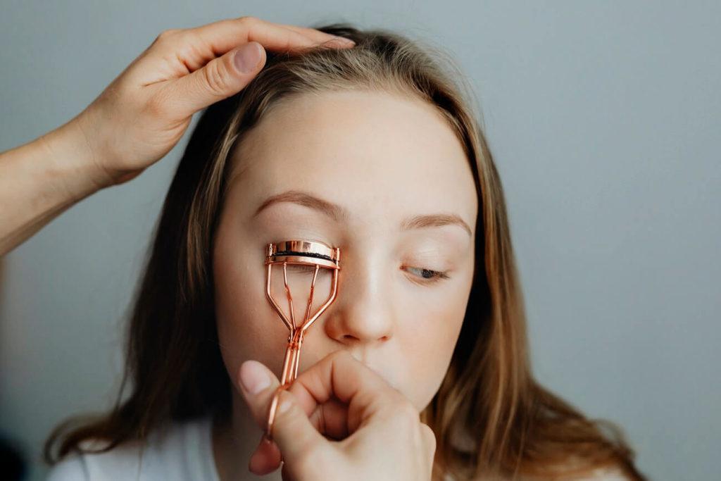 Jak odmłodzić się makijażem oczu?