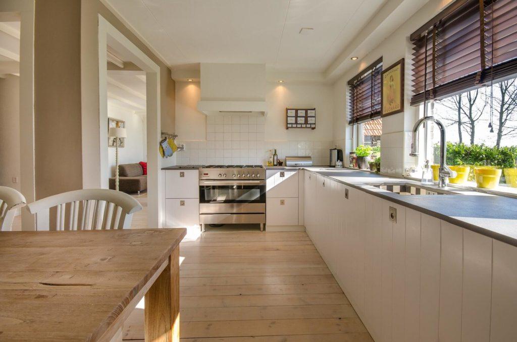 Kolory do kuchni – nie bój się łączyć kilku różnych! Sprawdzone tipy na modne wnętrze
