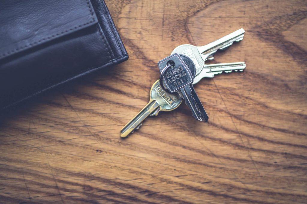 Gdzie przydaje się szafka na klucze i którą wybrać, by czuć się bezpiecznie?